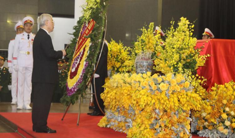 Tổng bí thư Nguyễn Phú Trọng thắp hương viếng cố Tổng bí thư Đỗ Mười. Ảnh: Ngọc Thành