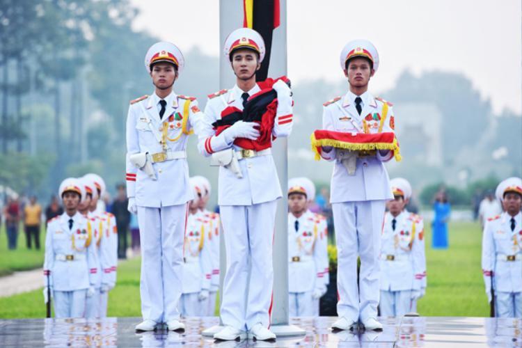 Nghi lễ treo cờ rủ ở quảng trường Ba Đình. Ảnh: Giang Huy