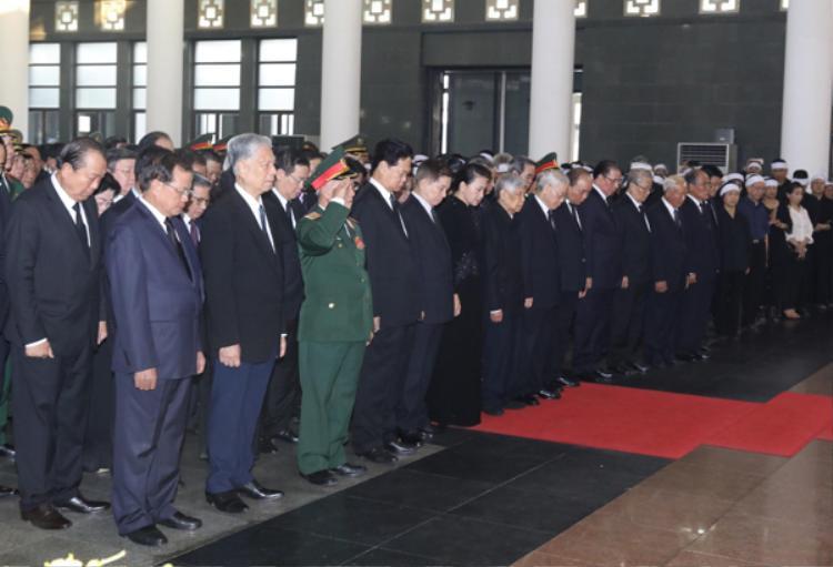 Đoàn Ban chấp hành Trung ương Đảng viếng cố Tổng bí thư Đỗ Mười. Ảnh: Ngọc Thành