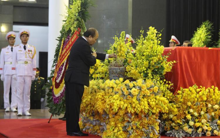 Thủ tướng Nguyễn Xuân Phúc thắp hương trước linh cữu cố Tổng bí thư Đỗ Mười. Ảnh: Ngọc Thành