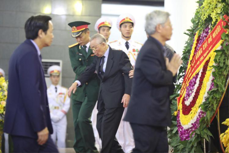 Nguyên Phó thủ tướng, Bộ trưởng Ngoại giao Nguyễn Mạnh Cầm trong lễ viếng. Ảnh: Ngọc Thành