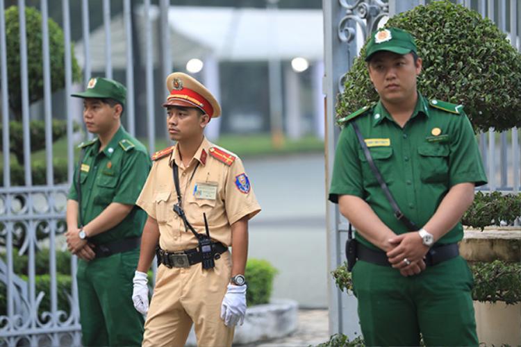 An ninh thắt chặt xung quanh Dinh Thống Nhất. Ảnh: Hữu Khoa.