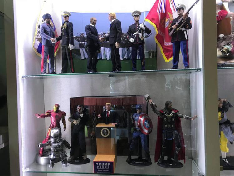 Tổng thống Trump có bài phát biểu bên cạnh các siêu anh hùng.