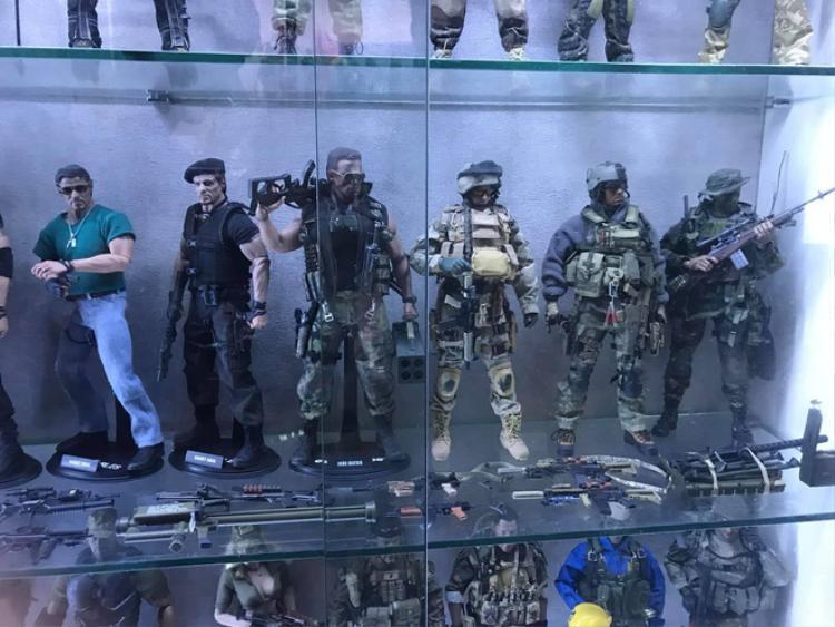 Toàn bộ nhân vật được chàng trai trưng bày trong tủ kính.