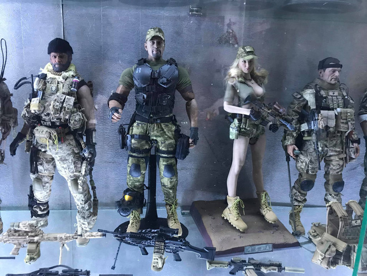 Mini figure vô cùng đồ sộ với hơn 200 nhân vật được đặt trang trọng trong các tủ kính khiến cư dân mạng choáng ngợp.