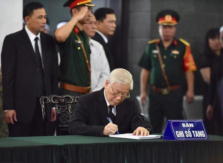 Tổng Bí thư Nguyễn Phú Trọng ghi sổ tang.