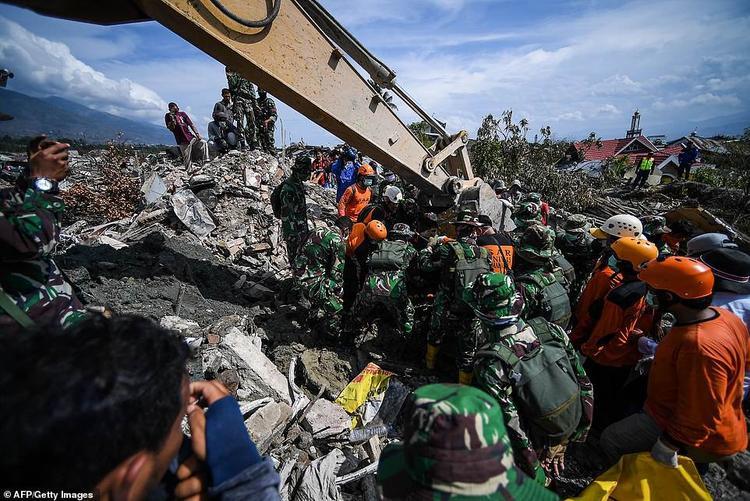 Các nhân viên cứu hộ đang cố gắng tìm kiếm những người còn mất tích dưới đống đổ nát.