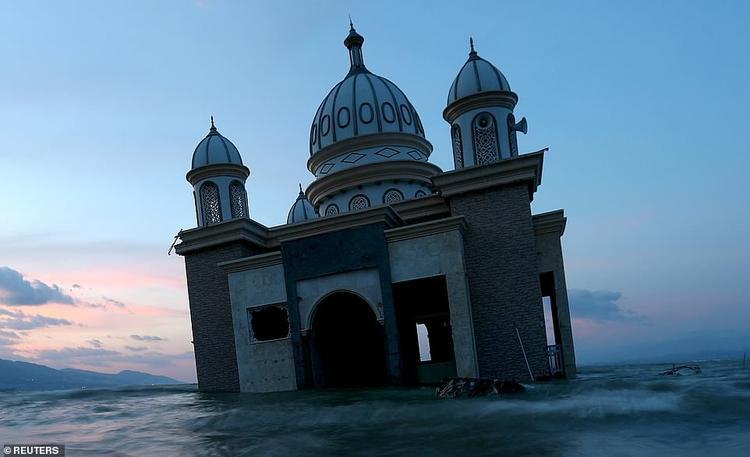 Phần còn lại của một nhà thờ Hồi giáo tại Palu sau khi bị động đất và sóng thần nhấn chìm.