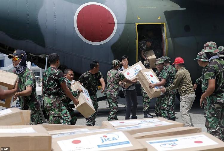 """Ngày 6/10, Liên Hợp Quốc cho biết, tổ chức đang huy động 50,5 triệu USD để trợ giúp """"ngay lập tức"""" cho các nạn nhân tại Indonesia. Các chuyên gia Pháp vào sáng 6/10 đã bắt đầu công cuộc tìm kiếm các nạn nhân còn bị chôn vùi trong đống đổ nát, trong khi đó, lực lượng không quân Nhật Bản lại dỡ hàng hóa cứu trợ từ máy bay quân sự xuống."""