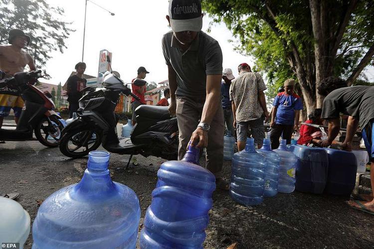 Nguồn nước sạch cũng trở nên khan hiếm sau thảm họa kép xảy ra.