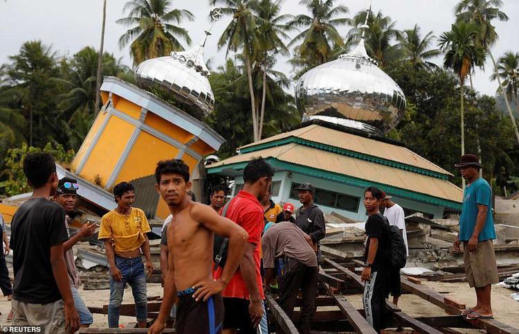 Hàng trăm người đổ xô vào một chiếc xe tải tiếp tế thực phẩm vào ngày 6/10. Bên cạnh đó, nhiều siêu thị không cho phép người dân vào bên trong mà chuyển đồ qua cửa chính trong lúc lực lượng vũ trang canh phòng cẩn thận.