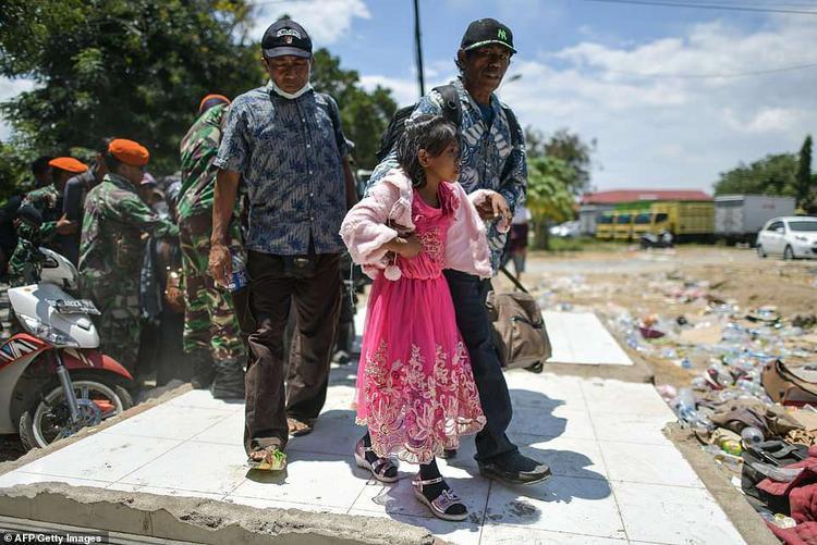 Dù vậy, việc tiếp nhận viện trợ của Indonesia cũng gặp nhiều khó khăn do sân bay tại thành phố Palu có công suất nhỏ, số chuyến bay tiếp cận được khu vực còn hạn chế. Cho nên, hàng hóa cứu trợ buộc phải vận chuyển bằng đường bộ, mất nhiều thời gian để đến tay các nạn nhân.