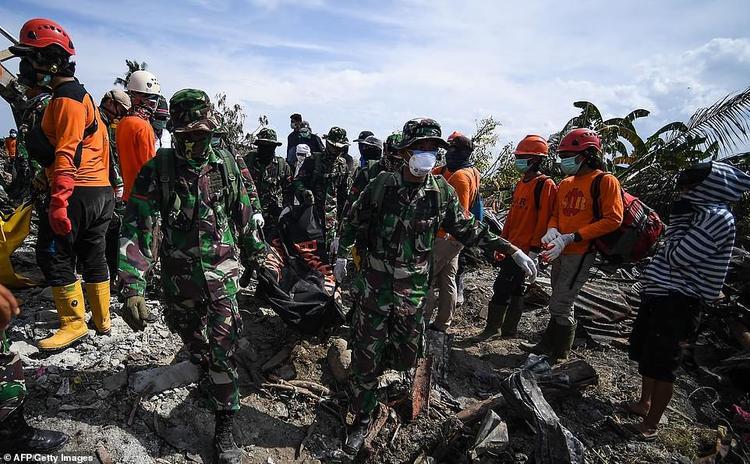 """Ông Yusuf Latif, phát ngôn viên của lực lượng tìm kiếm và giải cứu Indonesia chia sẻ: """"Phần lớn các thi thể được tìm thấy không còn trong tình trạng nguyên vẹn và điều này quả thật là một thử thách không hề đơn giản với đội cứu hộ. Chúng tôi phải rất cẩn thận để không mắc bệnh truyền nhiễm""""."""