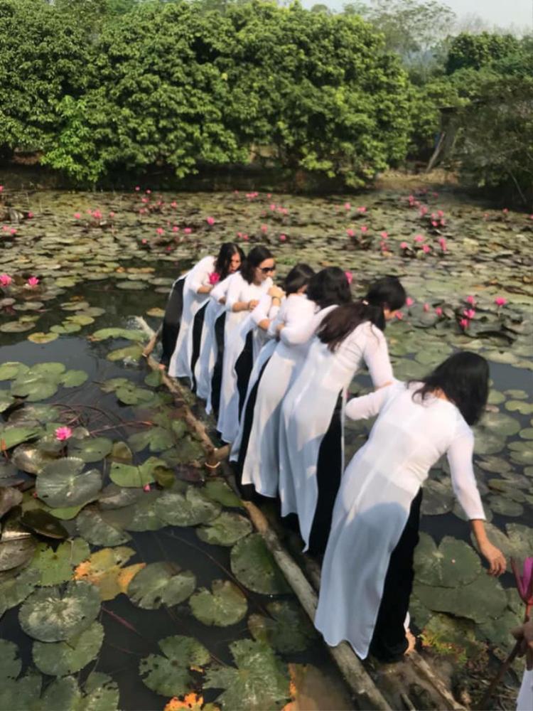 Ngay khi 8 cô gái bước ra chiếc cầu đã lập tức có dấu hiệu bất thường.
