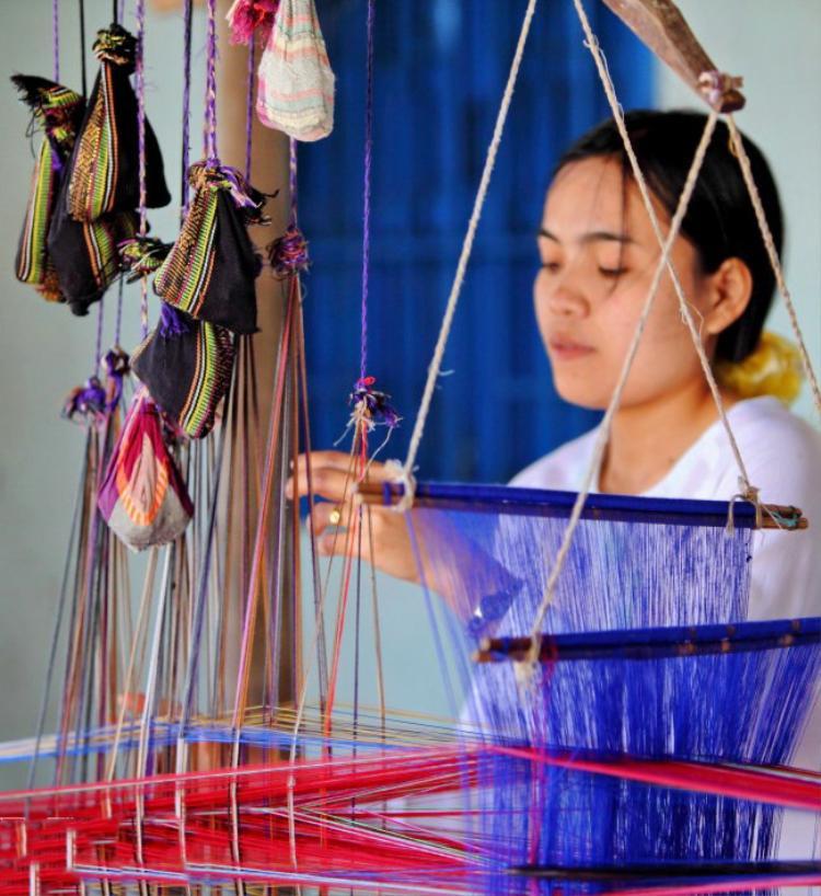 Nghề dệt được những phụ nữ Chăm học tập, thêu dệt và lưu truyền qua bao đời nay vẫn được bảo tồn nguyên vẹn và đầy cảm xúc