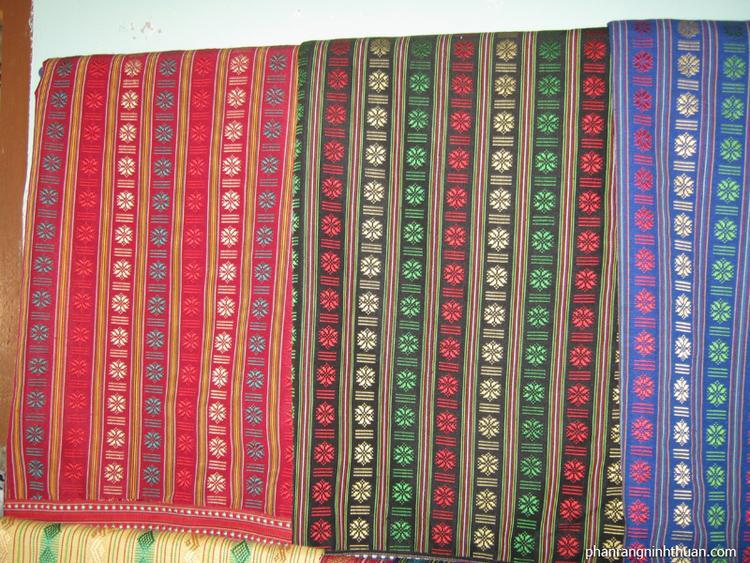Màu sắc của những tấm vài thổ cẩm người Chăm làm ra