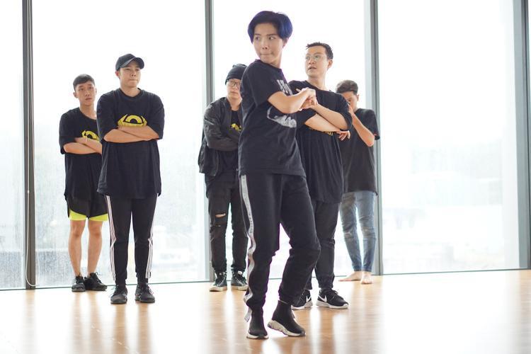 Trước đây, nữ ca sĩ từng gây ấn tượng với MV dance practice cho ca khúc You are mine nhưng với Leader, khán giả dễ dàng nhận thấy những bước nhảy của Vũ Cát Tường đã dứt khoát hơn và vẫn có sự thoải mái, phiêu theo nhạc để thể hiện được tinh thần của ca khúc.