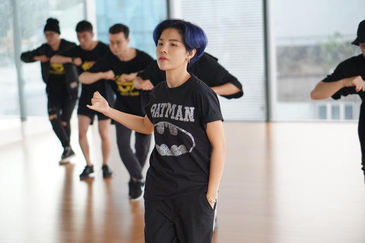 Diện trang phục khỏe khoắn và năng động, Vũ Cát Tường tự tin khoe vũ đạo điêu luyện bên cạnh vũ đoàn khiến fan phấn khích.
