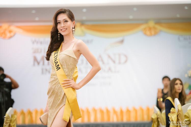 Phương Nga rạng rỡ và cuốn hút trong hoạt động tối 8/10 của Miss Grand International 2018.