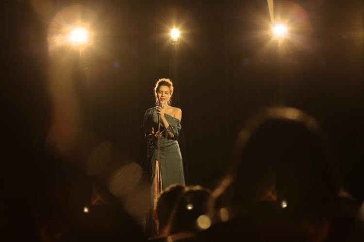 Trương Kiều Diễm chia sẻ, để hoàn thành sản phẩm lần này, cô cùng ê-kíp đã mất 8 tháng lên ý tưởng thực hiện MV, phối nhạc và chờ thời điểm thích hợp ra mắt.