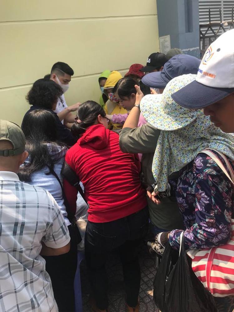 Rất đông người đã đến nhận cơm từ nam ca sĩ.