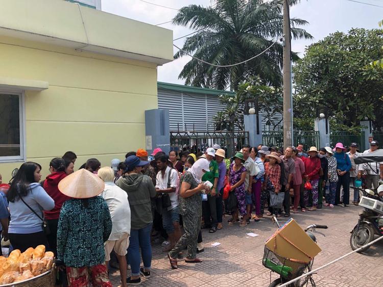 Giữa tâm bão, fan xúc động với hình ảnh phát cơm từ thiện của Noo Phước Thịnh: Ấm lòng lắm anh ơi!