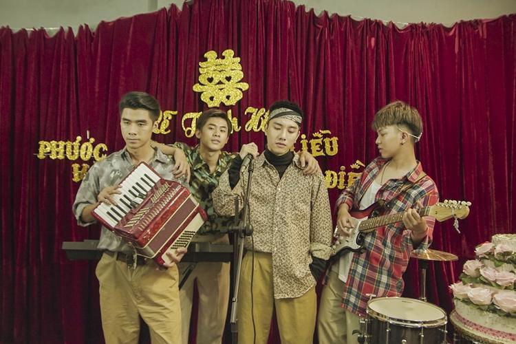 MV được quay trước Tết 2018, nhưng sau đó Juun Đăng Dũng tham gia Sing My Song mùa 2 và có nhiều dự án âm nhạc kết hợp với rapper R.Tee nên để dành lại.