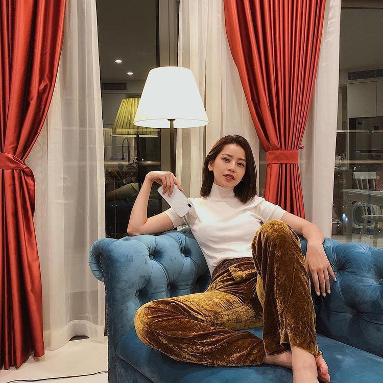 Chiếc quần nhung phom suông tưởng khó mặc nhưng khi phối cùng áo cổ lọ tông màu pastel đã giúp đem lại cho Chi Pu một vẻ ngoài thời thượng.