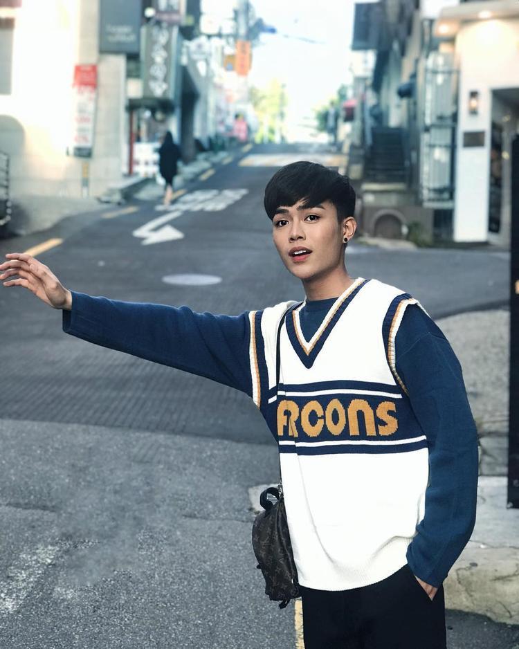 Hot boy của team Lam Trường - Alex Dương lại vô cùng điển trai khi mix layer áo phông cùng áo len khoác ngoài. Anh chàng còn sử dụng ba lô mini của Louis Vuitton làm điểm nhấn.