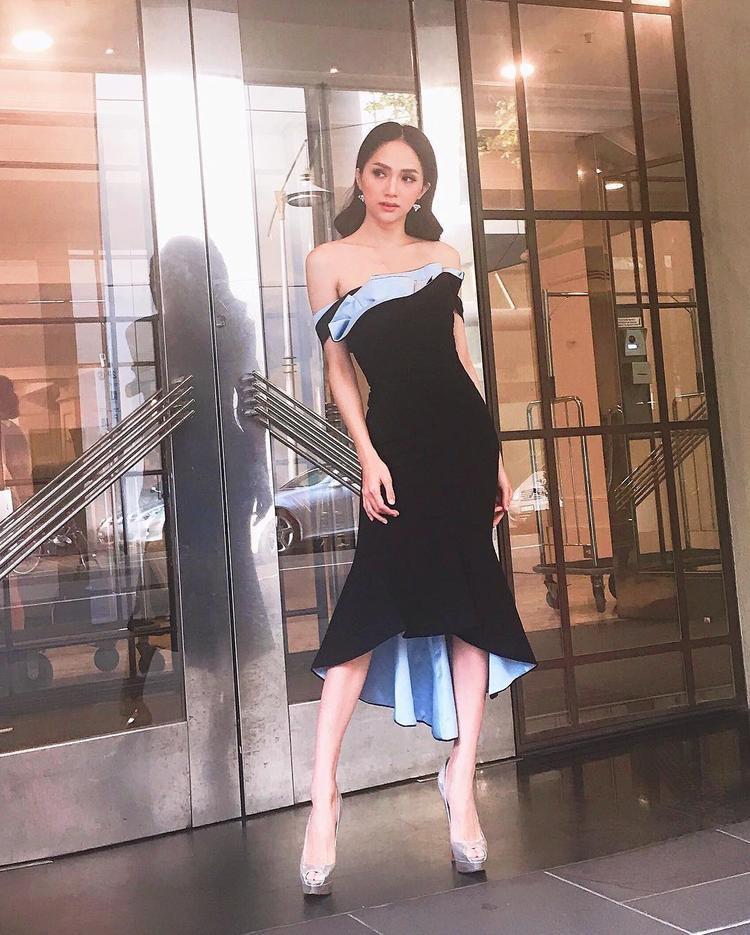 Chiếc đầm đuôi cá trễ nải phối 2 màu vải là outfit mà Hương Giang chọn khi tung tăng tại nước ngoài.