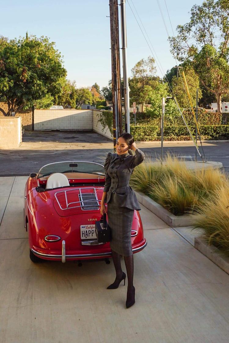 """Hoa hậu Châu Á quốc tế Saila Nguyễn tiếp tục trưng dụng phong cách cổ điển, sang trọng khi diện áo peplum mix cùng chân váy đồng chất liệu. Người đẹp còn cực kỳ có tâm trong khâu chụp ảnh khi cầm hẳn """"đạo cụ"""" là chiếc loa cổ để tạo dáng."""