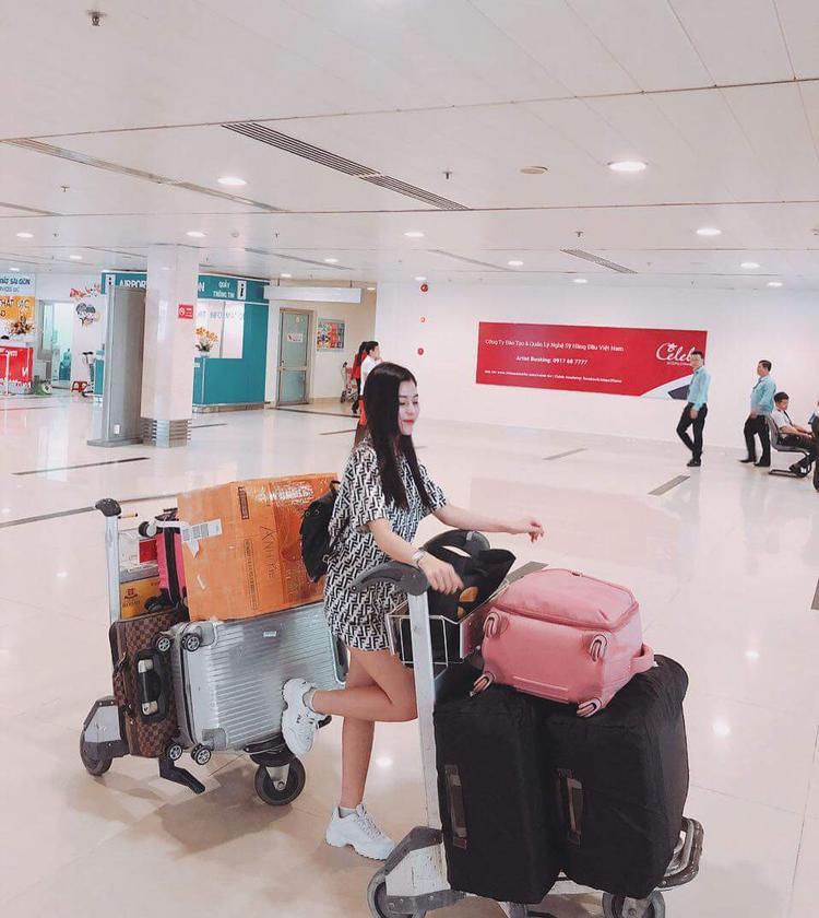 Chiếc áo dáng dài theo style giấu quần là trang phục mà Ngọc Ánh - quán quân The Voice 2018 diện khi ra sân bay.