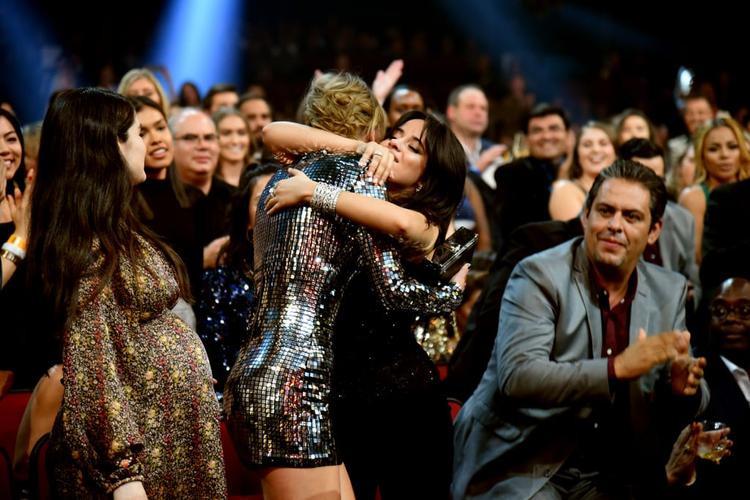 Bên cạnh đó là khoảnh khắc Camila ôm chặt cứng lấy Taylor khi tên của cô nàng được xướng lên trao giải!