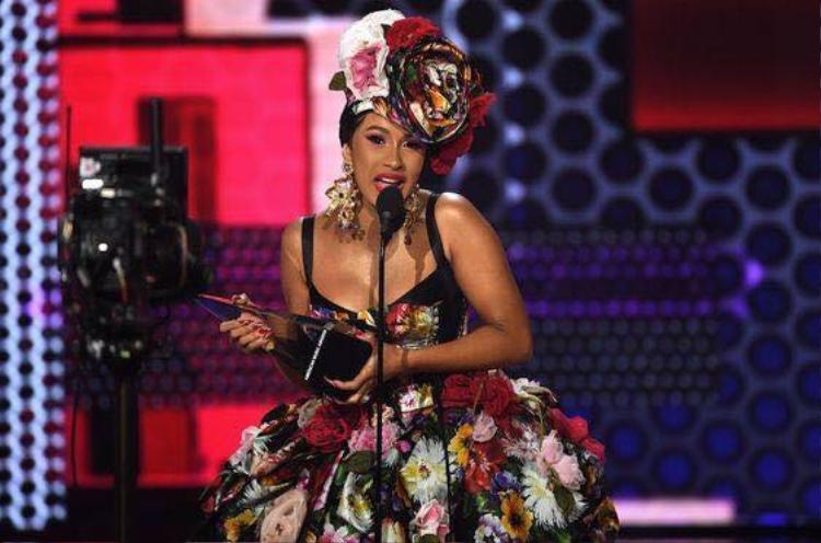 Cô đoạt 3 giải trong đêm trao giải, vượt mặt đối thủ Nicki Minaj mọi đề cứ đứng chung.