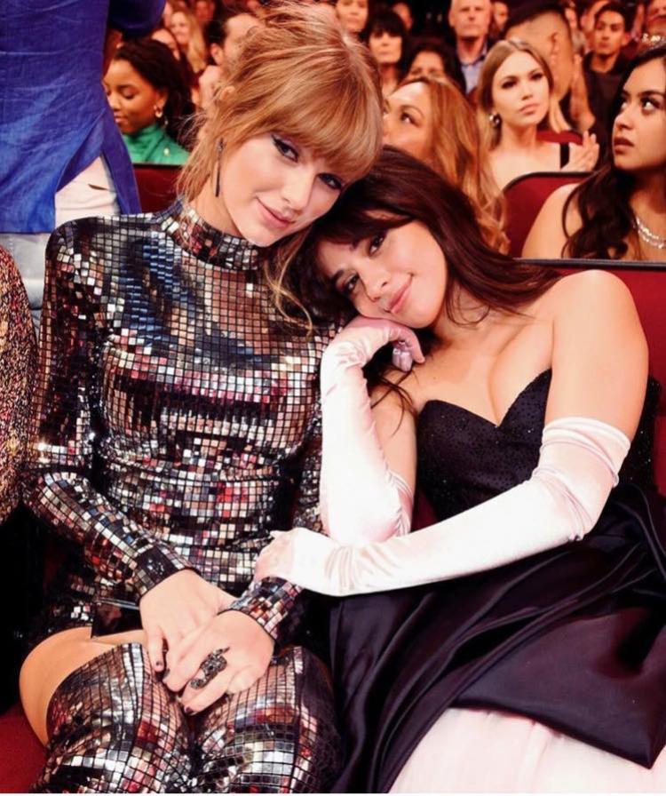 """""""Họ chụp mình kìa chị Taylor ơi, mau tạo dáng sang lên nào"""" - có lẽ Camila Cabello đã nói thế với Taylor trước khi chụp tấm hình này."""