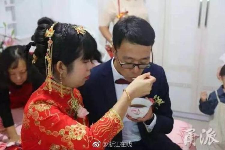 Anh Đông và chị Dĩnh đang thực hiện nghi thức rước dâu.