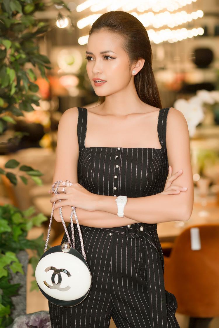 Chiếc clutch 10.000 USD từ thương hiệu Chanel được sử dụng làm điểm nhấn.