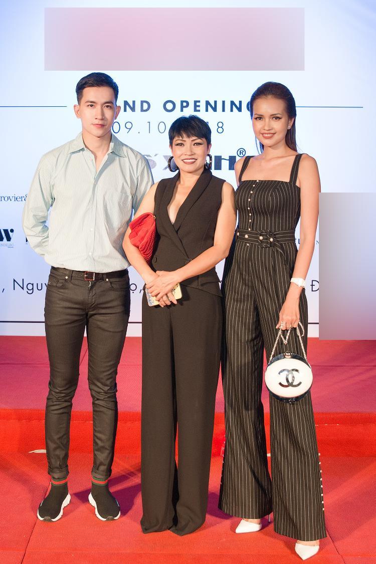 """Hai chân dài """"đọ sắc"""" cùng nữ ca sĩ Phương Thanh, cả 3 đều diện những bộ cánh đen, trắng đúng dress code."""