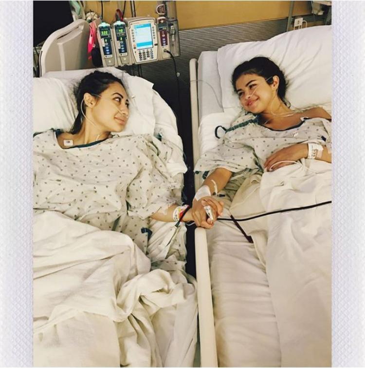 Mùa hè năm ngoái,Selena Gomezđã bất ngờ chia sẻ về chuyện cô trải qua caphẫu thuật ghép thận, nguyên nhân vì căn bệnh tự miễn Lupus. Người hiến thận là một người bạn thân của Selena - nữ diễn viên Francia Raisa.