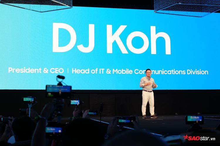 Ông DJ Koh, , Chủ tịch kiêm CEO mảng Kinh doanh Di động tại Công ty Điện tử Samsung, trên sân khấu sự kiện ra mắt sản phẩm.