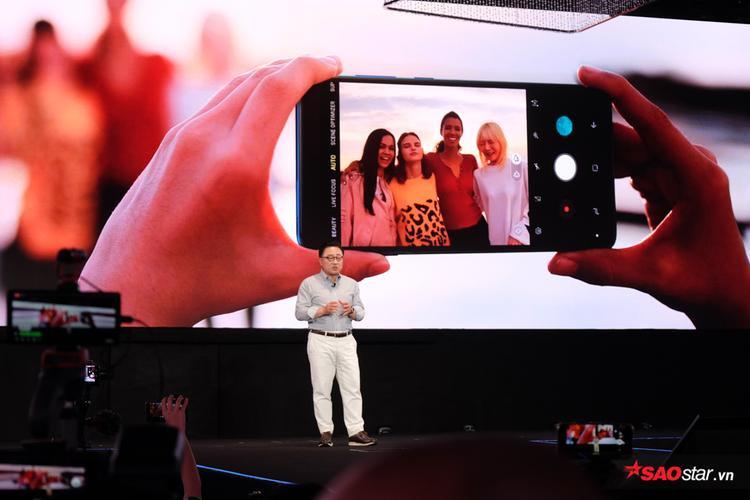 Điểm nhấn của Samsung Galaxy A9 nằm ở cụm bốn camera ở mặt lưng.