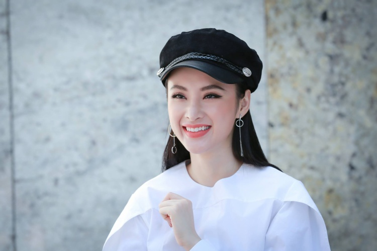 Sở hữu nước da trắng không tì vết, đôi mắt 2 mí tròn to, sống mũi cao thanh tú cùng nụ cười duyên, Angela Phương Trinh càng ngày càng nhuận sắc.