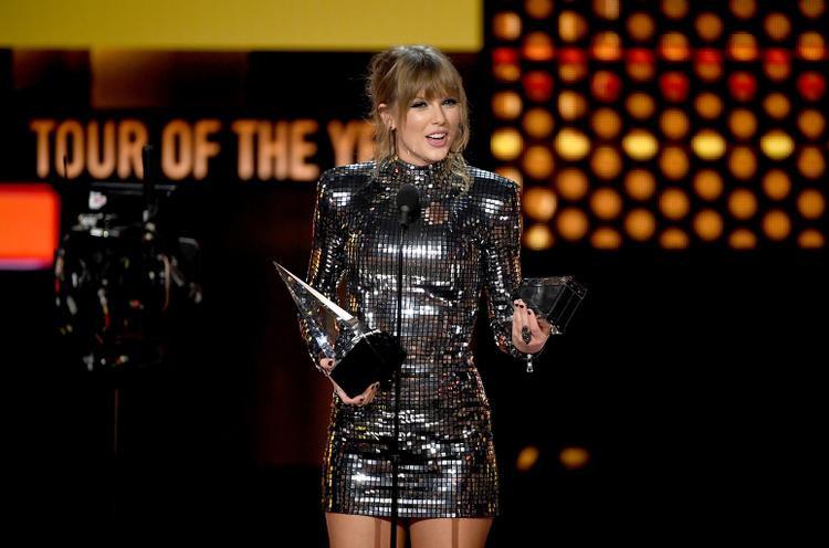 Tại lễ trao giải American Music Awards 2018 ngày hôm qua,Taylor Swift đã xuất sắc mang về cho mình thêm 5 cúp vàng, giúp cô vượt qua kỉ lục của huyền thoại quá cố Whitney Houston.