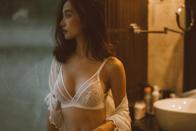 Jun Vũ ngày càng biết cách khiến người ta vừa tò mò vừa ghen tị vì body nóng bỏng mắt