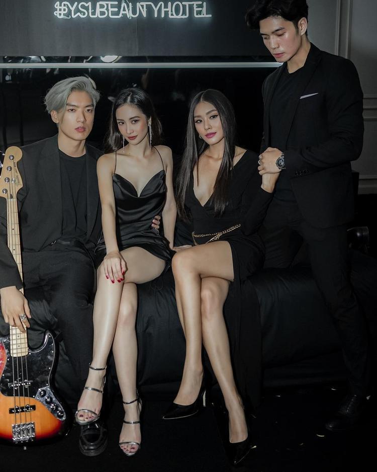 Trong một sự kiện thời trang, Jun Vũ đốt mắt người nhìn với chiếc đầm lụa hai dây ngắn khoe đôi chân dài miên man.