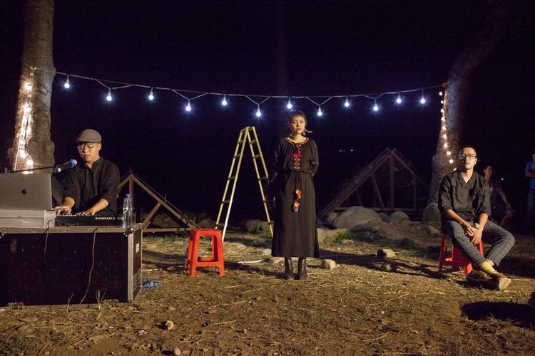 MV ghi lại những hình ảnh thú vị, đầy xúc động trong chuyến lưu diễn của nhóm tại Mù Cang Chải.