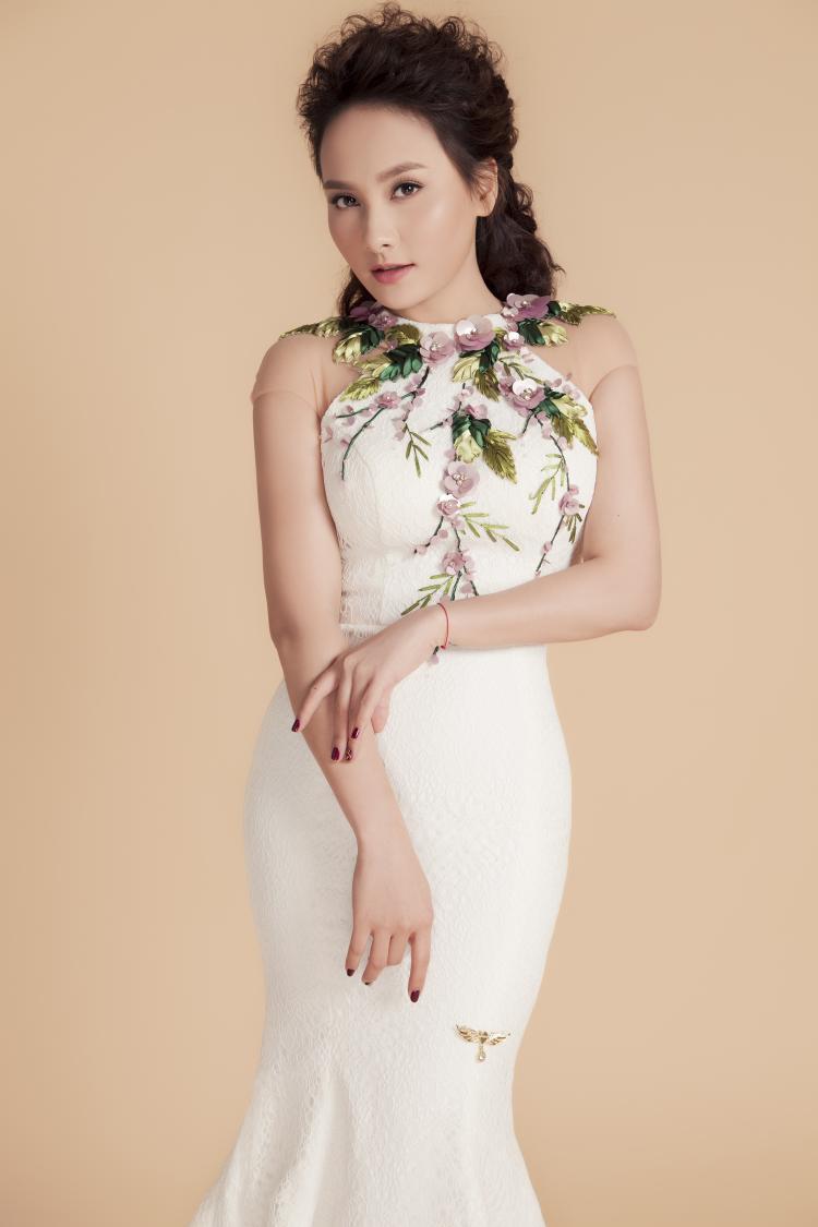 Đi kèm với trang phục dạ hội sang trọng, nữ diễn viên chọn kiểu tóc xoăn hiện đại, trang điểm tự nhiên với tông nâu.