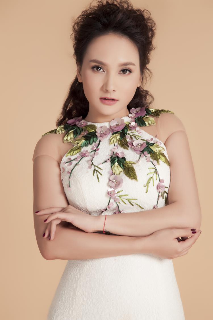 Trang phục thứ 4 có phom cổ yếm khá phổ biến hiện nay, nhưng thiết kế được nhấn nhá hoa 3D tại cổ áo tạo điểm nhấn cần thiết. Phom đầm ôm dáng tôn đường cong của nữ diễn viên.