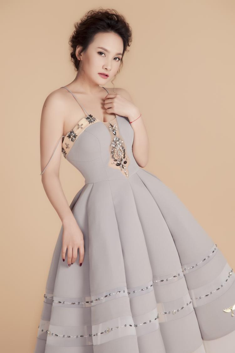 Chân váy sắc nét không quá cầu kỳ nhưng toát lên vẻ hiện đại mà không mất đi phần nữ tính.