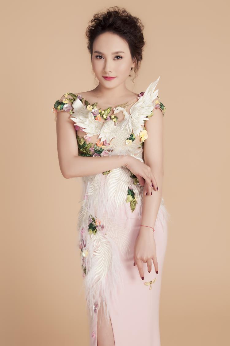 Trong bộ ảnh vừa thực hiện, diễn viên Bảo Thanh chọn 4 thiết kế dạ hội với tông màu chủ đạo là trắng, xám, hồng.